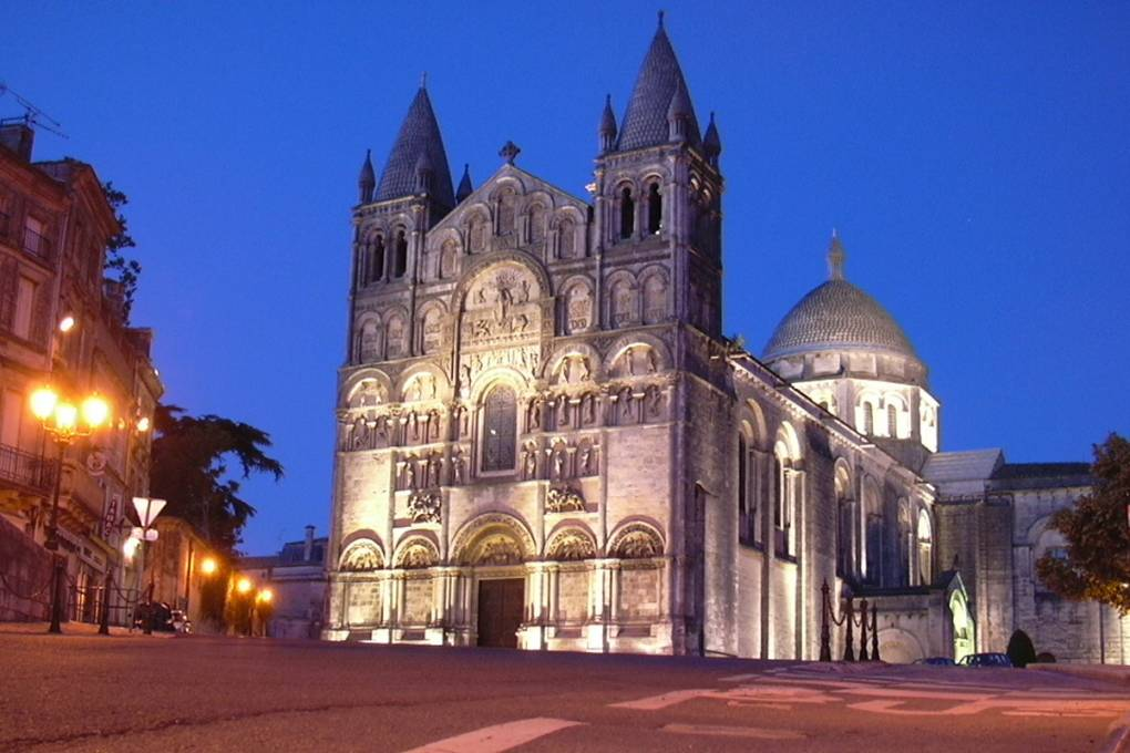 angouleme cathedrale by night charente en croisiere inter croisieres sireuil nicols.jpg