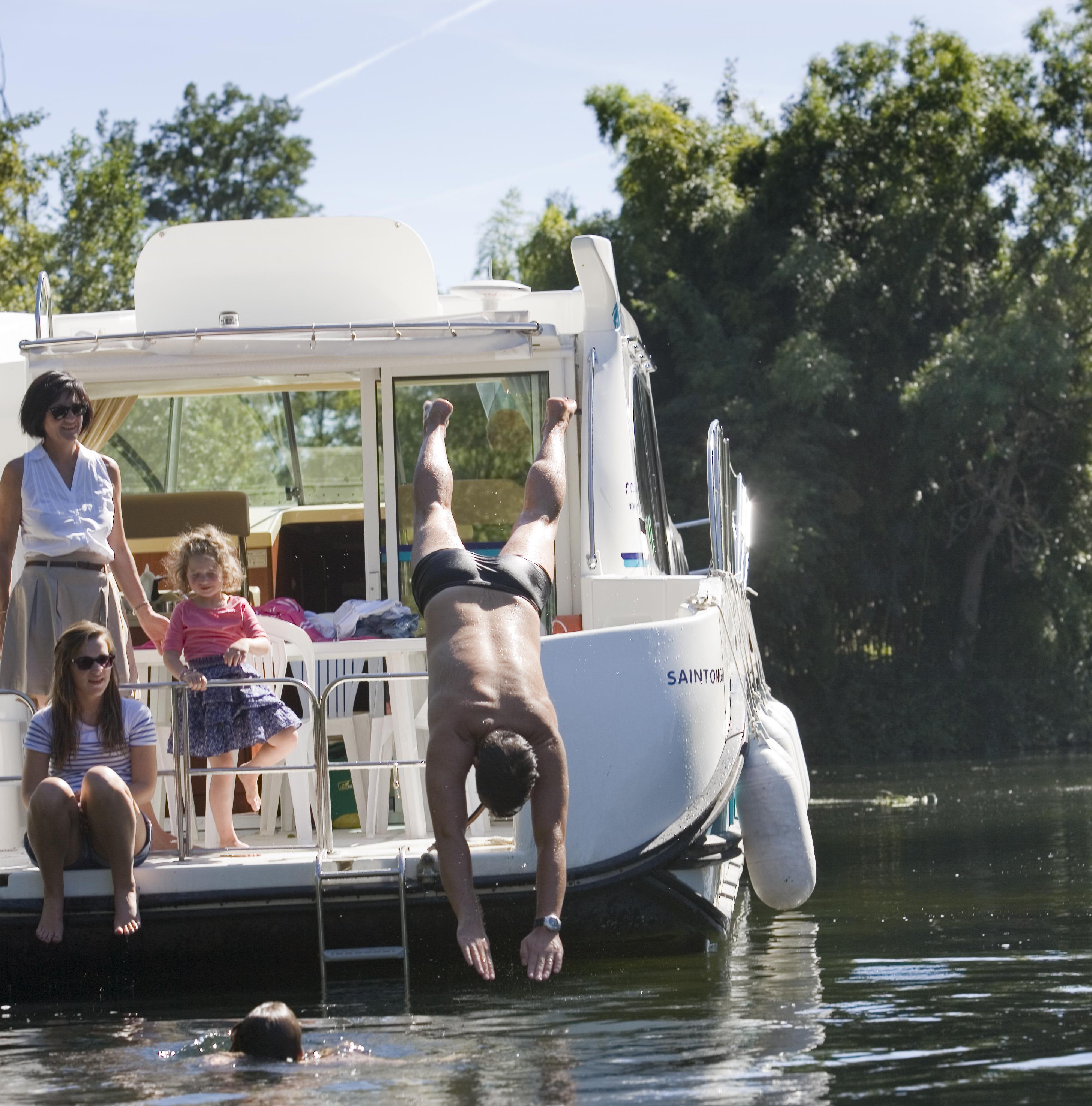 a l eau baignade en charente en croisiere bateaux nicols inter croisieres sireuil.jpg