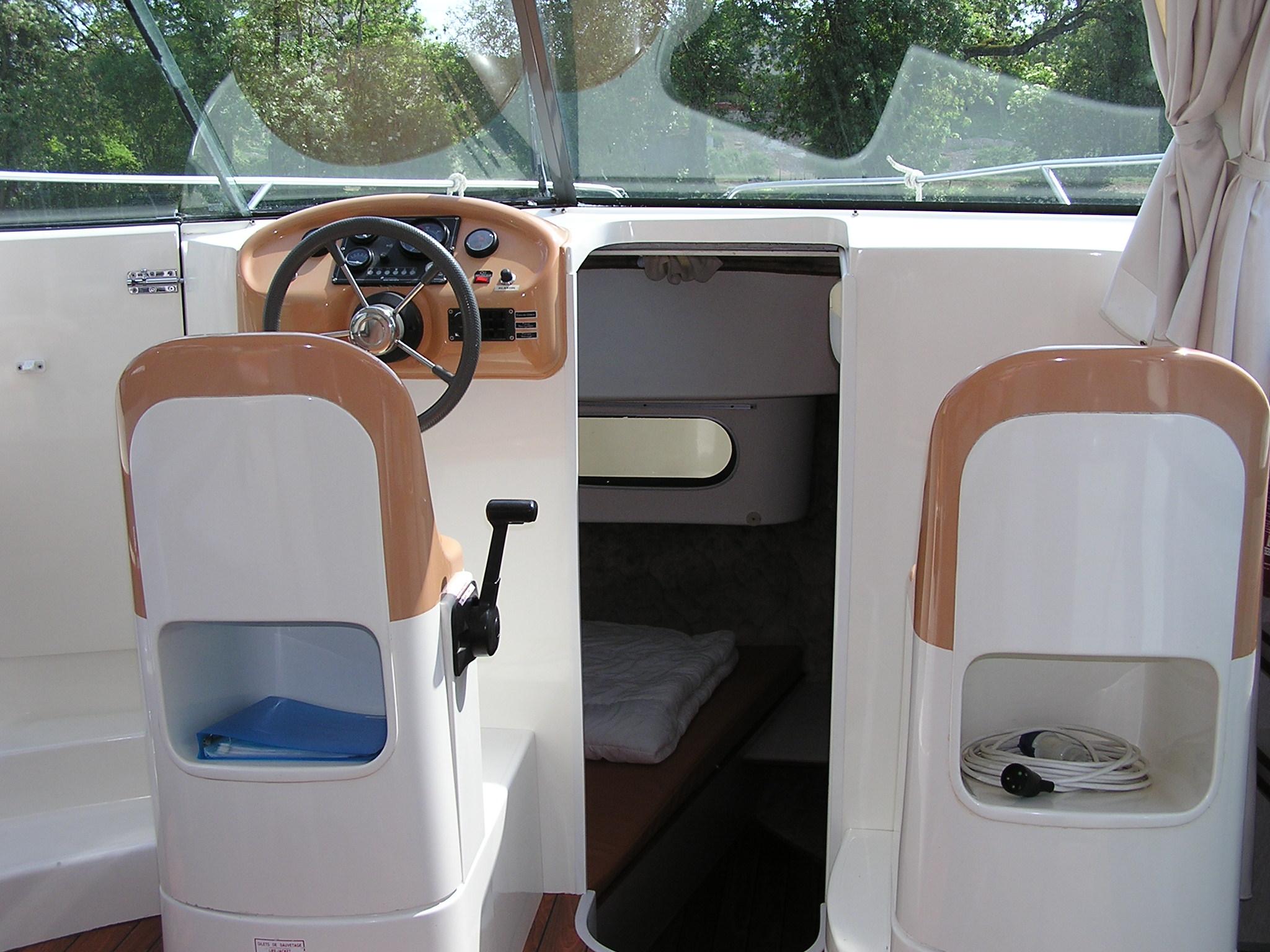 Nicols CONFORT 900 vue poste de pilotage sireuil charente intercroisieres