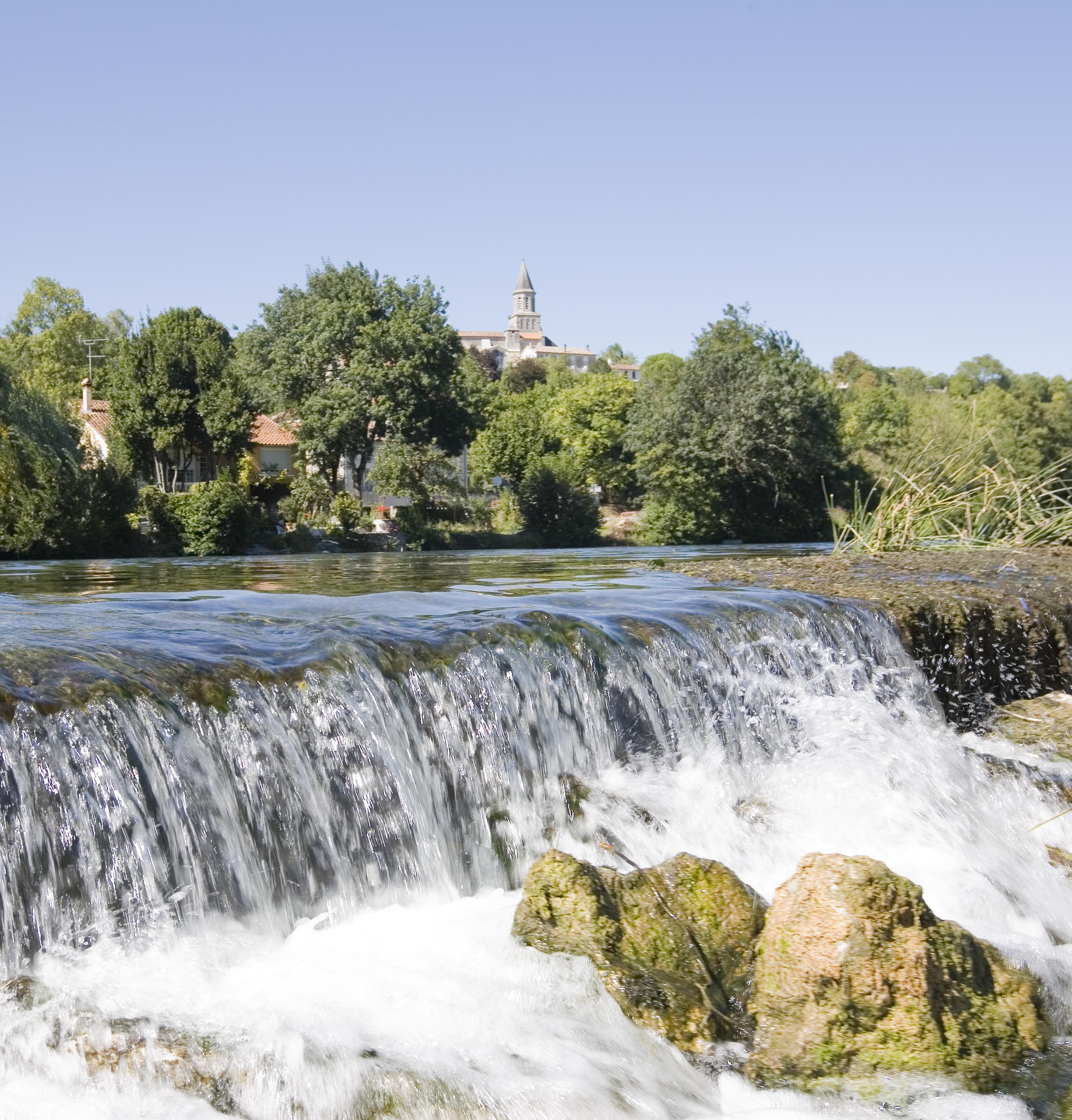 cascade sur le fleuve charente calme serenite en croisiere inter croisieres sireuil nicols 1382 charentestourisme.jpg