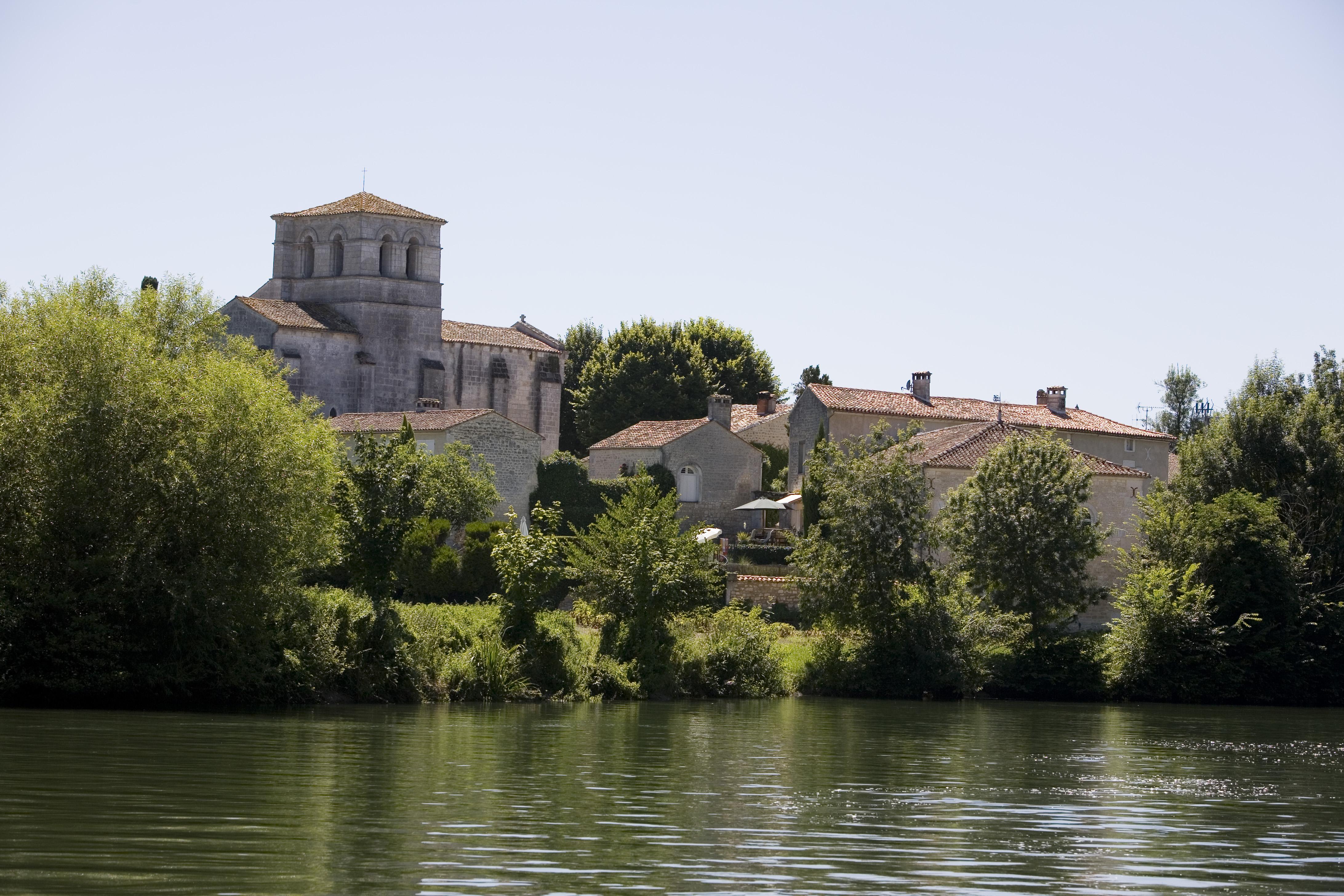 eglise grave saint amant 1601 bateaux nicols inter croisieres sireuil charentestourisme.jpg