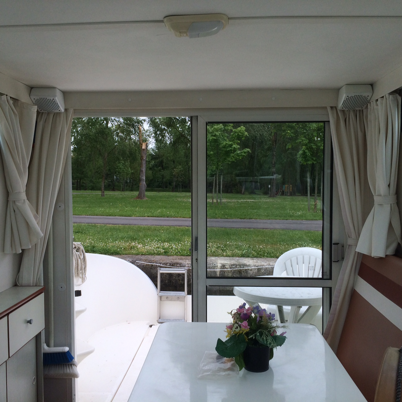 Nicols SEDAN 800 vue sejour et terrasse  sireuil charente intercroisieres