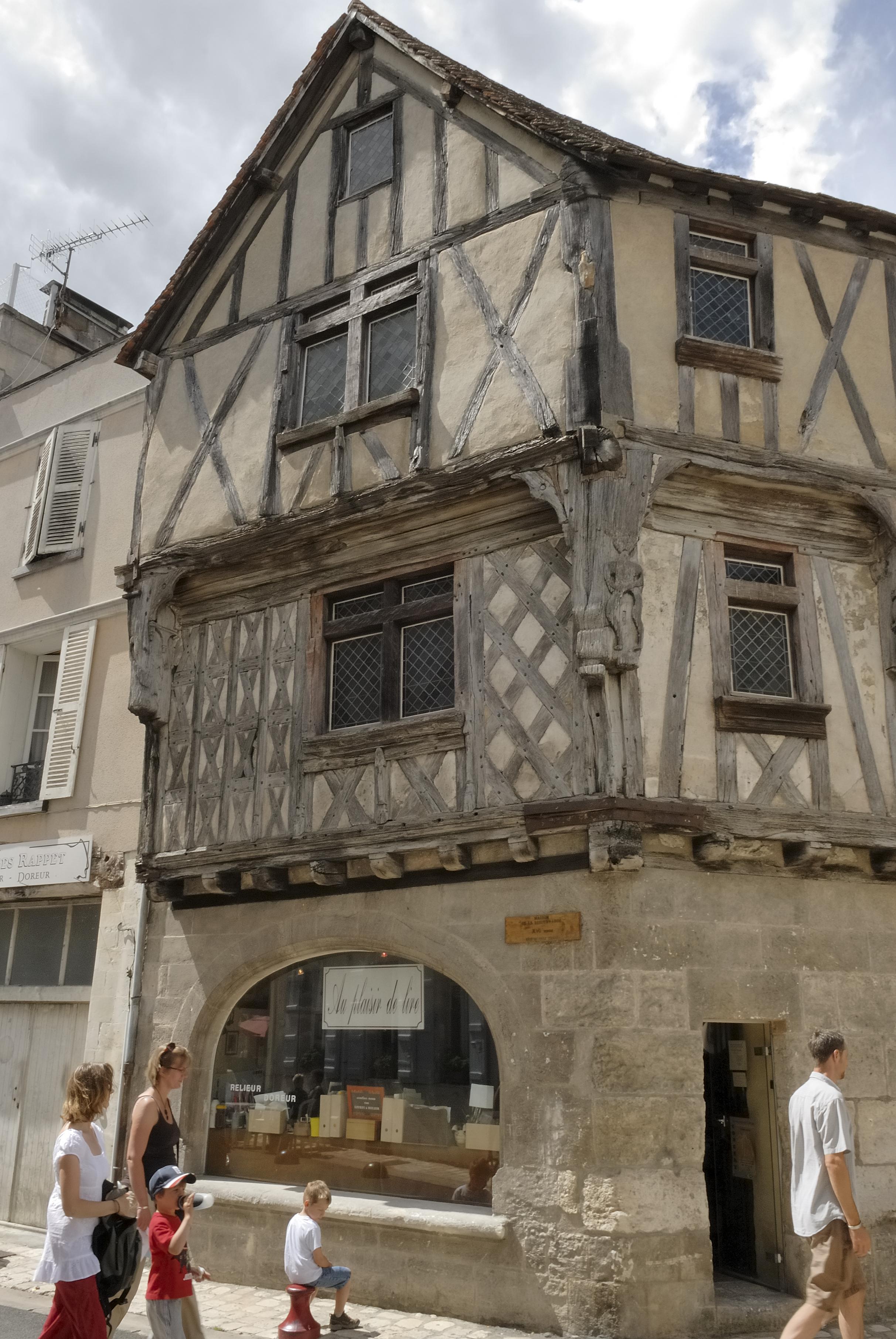 ville vieux quartier cognac garnier en bateau charente en croisiere inter croisieres sireuil nicols.jpg